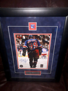 autograpged photo of Wayne gretzky of last game in nhl