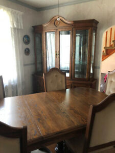Diningroom set with hutch/set salle a manger avec vaissellier