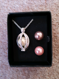 New - Interchangeable Pearl Necklace Set