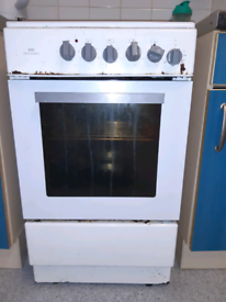 Oven cooker with 3 working hobs