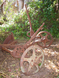 VINTAGE SINGLE DISC PLOUGH CAST IRON WHEELS FARM MACHINERY GARDEN Boronia Heights Logan Area Preview