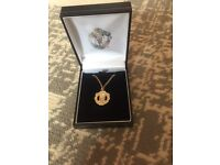 9ct Manchester United pendant and 9ct gold chain