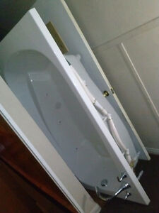WHIRLPOOL TUB/JACUZZI W/T Faucets & Pumps
