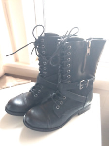 Size 8 woman's Bull Boxer boots