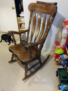 ANTIQUE ROCKING CHAIR;