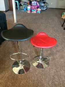 2 black and 3 red bar stools