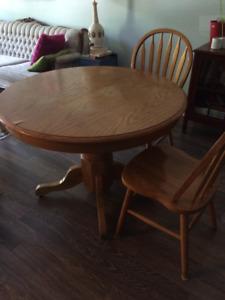 Salle à manger: table ronde, rallonge et 4 chaises en bois