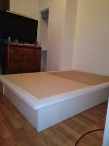 A vendre,base de lit  double,de très bonne qualité blanche