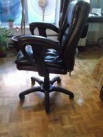 Chaise (fauteuil) de bureau en cuire véritable.