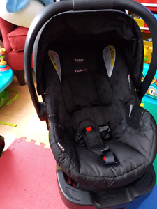 Britax b safe 35 infant carseat and base.