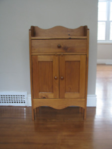 Très belle petite armoire en pin