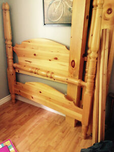"""Beautiful Solid Pine """"Pencil """" Poster Bed"""