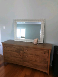 6 Drawer Dresser beautiful wood and in excellent condition