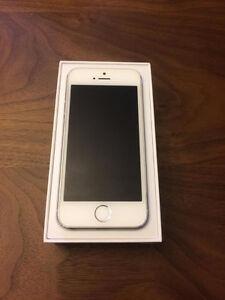 iphone 5s blanc et gris 16GB avec Telus en excellente condition