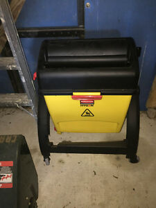 rubbermaid commericial mop bucket and mop Kawartha Lakes Peterborough Area image 1