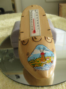 DAINTY OLD VINTAGE WOODEN DUTCH SHOE CEL / FAR.THERMOMETER