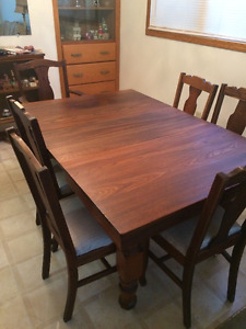 Dining Table with additional leaves and 6 chairs