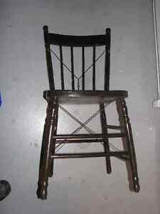 12 chaises en chêne renforcées avec fil d'acier.