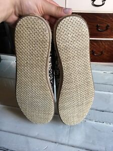 Size 9 TOMS shoes Cambridge Kitchener Area image 4