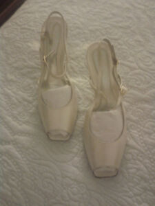 Brand new gold shoes by Amalfi. Size 7 1/2. Pics.
