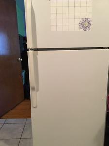 Réfrigérateur avec congélateur dans le haut.