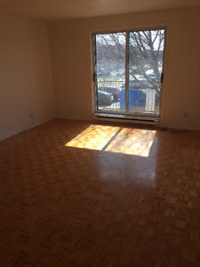 ****LARGE 4 1/2 LOCATED IN LONGUEUIL****