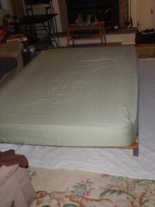 Matelas queen avec un cadre de lit et support de matelas