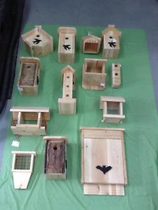 Cabane d'oiseaux et mangeoires