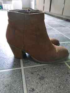 Brown boots. Size 6