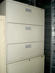 Lot-45 : Classeur lat. 3-tiroir en métal beige