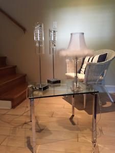 Table en verre Maison Corbeil et lampes