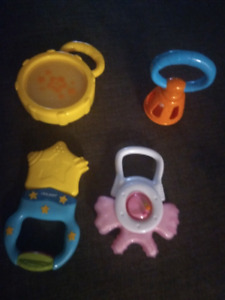 AN ASSORTMENT OF BABY RATTLE TOYS