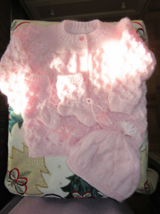 *NEW* never worn baby girl( 0-6 months) Knitted outfit....