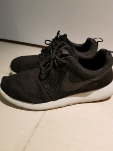 Gently used Men's Nike Roshe One shoes size 9