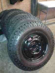 4 pneus hiver duratrac neuf 255/75R17 sur jante de jeep