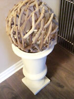 CERAMIC URN WITH DRIFTWOOD BALL