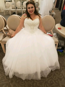 Don't miss out ! Beautiful wedding dress ! Soft white ball gown