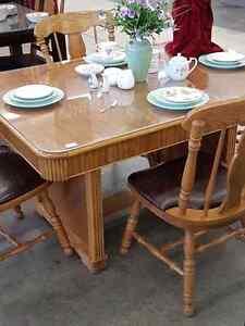 Beautiful Table and chairs set  Must be seen Edmonton Edmonton Area image 2