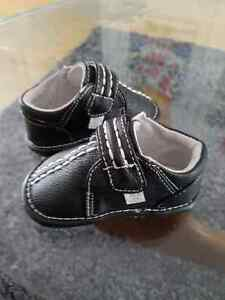 2 pair of 6 to 12 month shoes unisex