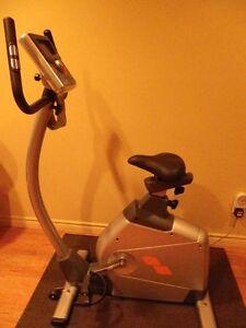 Vélo d'exercice stationnaire presque neuf
