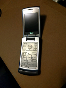 LG flip phone with charger LG8700. Bell, Telus, Koodo