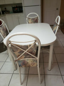 Dining set for sale (4 chairs and 1 table)