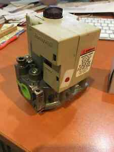 Honeywell Gas Valve and Pilot Furnace SV9500M-Q3450C1003