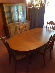 Beautiful Solid Oak Dining Room Set & Hutch - FOR SALE