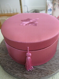 VINTAGE SATIN-LIKE ROSE TONED LIDDED FITTED JEWELERY BOX