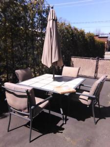 Ensemble set patio 4 chaises empilables coussin parasol socle