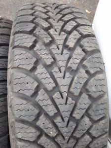 **2** pneus d'hiver  GOODYEAR 215/60r16  comme neuf 12/32