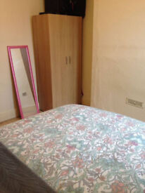 BRIGHT DOUBLE ROOM for single person only. Sharing with 4 amazing people and a lovely dog.