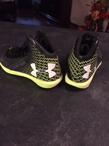 Under armour runners youth size 5 Strathcona County Edmonton Area image 2