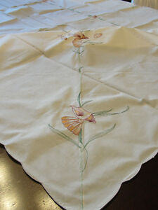 "NEW - Emroidered Dinning Tablecloth  (66"" X 50"") with 6 napkins Kitchener / Waterloo Kitchener Area image 2"